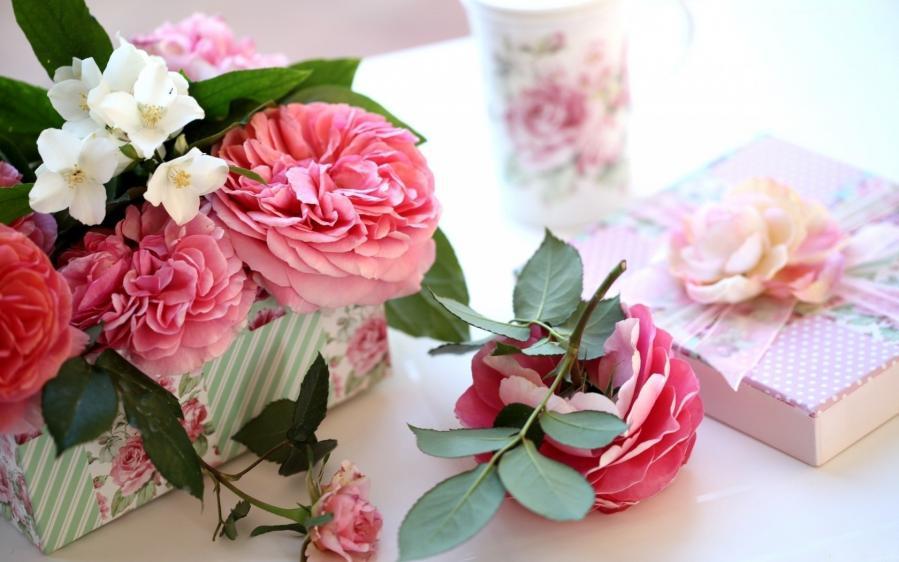 405065 rozy zhasmin cvetki korobochka 1680x1050 www gdefon ru